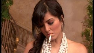 Sunny Leone ne cigarette peete hue chut me ungli ki